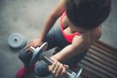 Primer en pesa de gimnasia de elevación de la mujer foto de archivo