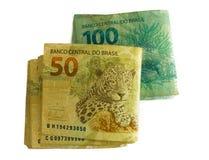 Primer en pila de moneda de 50 y 100 brasileños Imágenes de archivo libres de regalías