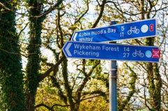 Primer en posts de muestra turísticos en el pueblo de Ravenscar, Reino Unido Fotografía de archivo