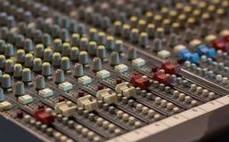 Primer en resbaladores de una consola de mezcla Se utiliza para s audio fotografía de archivo