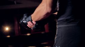 Primer en un hombre que pone en guantes que luchan sin dedos metrajes