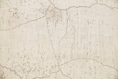 Primer en una pared pintada enyesada Superficie gris clara, vieja, agrietada de la pared fotos de archivo