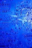 Placa de circuito encendida azul del ordenador imagenes de archivo