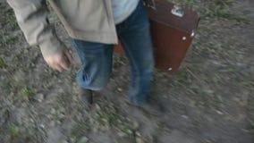 Primer encima de un hombre que camina con una maleta vieja metrajes