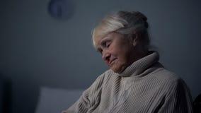 Primer envejecido el dormir de la mujer, ocio de la clínica de reposo, siesta del retiro, cansancio fotos de archivo