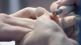 Primer extremo, capa de la suerte de las rebanadas principales de la manicura vieja con la uña en la mano del ` s de la muchacha  metrajes