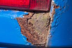 Primer extremo de la corrosión severa del moho en el vehículo fotos de archivo