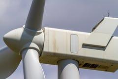 Primer extremo de la turbina de viento industrial que genera electricidad Imagen de archivo libre de regalías