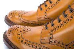 Primer extremo de las botas de cuero bronceadas para hombre de la abarca Fotos de archivo libres de regalías