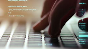 Primer extremo de las manos humanas que mecanografían en el teclado del ordenador portátil, foco selectivo almacen de metraje de vídeo