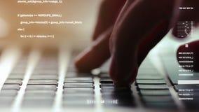 Primer extremo de las manos humanas que mecanografían en el teclado del ordenador portátil, foco selectivo ilustración del vector