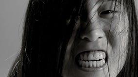 Primer extremo del monstruo asiático femenino que grita la cámara lenta blanco y negro metrajes
