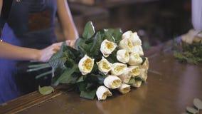 Primer Florista que prepara un ramo de la flor en tienda floral metrajes