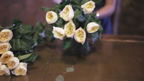 Primer Florista que prepara un ramo de la flor en tienda floral almacen de metraje de vídeo