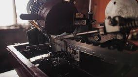 Primer fresco del mecanismo de la sierra de cinta producción proceso de madera almacen de metraje de vídeo