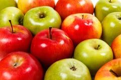 Primer fresco verde y rojo de las manzanas Foto de archivo