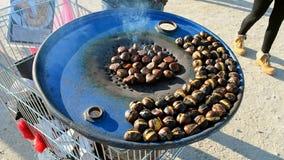 Primer frito del montón de la castaña en el sartén, diversidad de la ast-comida, metrajes