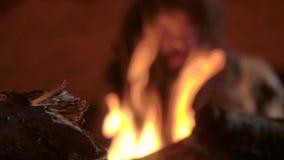 Primer fuego hecho por el hombre de las cavernas prehistórico en su cueva metrajes