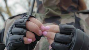 Primer, guantes de cuero de las muchachas del pescador de las muchachas de las manos atar cebo en el gancho almacen de video