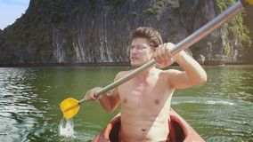 Primer Guy Rows Kayak Watches Seascape de Cliff Island almacen de video