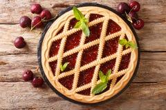 Primer hecho en casa de Crostata de la empanada de la cereza de los pasteles del verano horizonta fotos de archivo