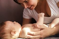 Primer hermoso de la madre y del bebé recién nacido en fondo suave fotos de archivo libres de regalías