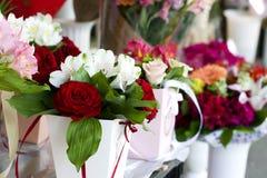 Primer hermoso de las rosas rojas en un ramo Ramo de primer de las rosas rojas y blancas Fotos de archivo libres de regalías