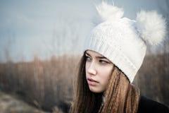 Primer hermoso del adolescente del retrato en un sombrero blanco Imagenes de archivo
