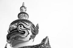 Primer hermoso el gigante en el arun de Wat en Bkk, Tailandia - blanco y negro Foto de archivo libre de regalías