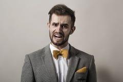 primer hombre de negocios emocional en un fondo gris Fotos de archivo
