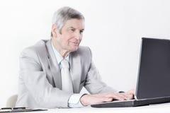 primer hombre de negocios mayor confiado que trabaja en el ordenador portátil Imágenes de archivo libres de regalías