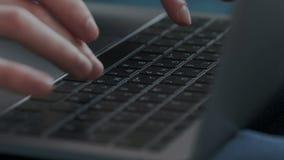 primer Hombre de negocios que usa el ordenador en casa Lanzamiento macro de las manos masculinas mientras que usa la tableta o el almacen de video