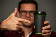 Primer - hombre del inconformista que sostiene la taza de café Fotos de archivo