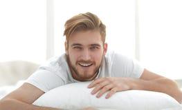 primer hombre sonriente que miente en el sofá Imagen de archivo libre de regalías