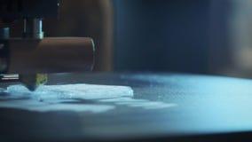 Primer: Impresión con el filamento plástico del alambre en la impresora 3D metrajes
