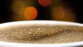 primer Jet de colada del café sólo en una taza metrajes