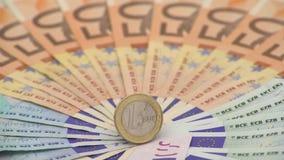 primer 4K de una moneda un euro con los billetes de banco de diversos valores Cobre el dinero almacen de metraje de vídeo