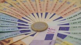 primer 4K de una moneda un euro con los billetes de banco de diversos valores Cobre el dinero metrajes