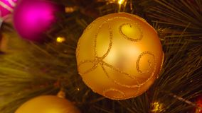 Primer la bola de oro decorativa de la Navidad : proce filtrado Foto de archivo libre de regalías