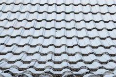 Primer a la forma ondulada del fondo de la teja de tejado Imágenes de archivo libres de regalías