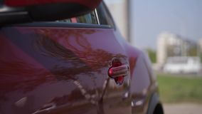 Primer La mano de una mujer abre la puerta de coche, sienta el interior 4K MES lento almacen de video