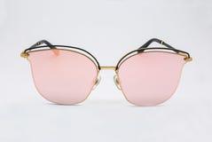 Primer a la moda de moda Rose Pink Lens Sunglasses, aislada fotos de archivo libres de regalías