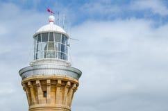 Primer la torre blanca del faro en día del cielo nublado en el promontorio de Barrenjoey, Sydney, Australia fotografía de archivo