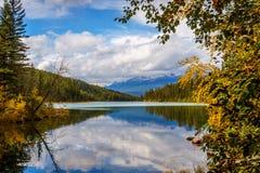 Primer lago en el valle del rastro de cinco lagos Foto de archivo libre de regalías