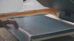 Primer: las manos de un empleado de una fábrica de la materia textil metrajes