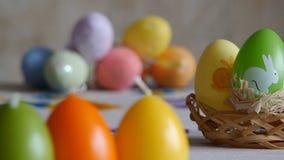 Primer Las velas hicieron en la forma del huevo de Pascua Velas de los huevos de Pascua y huevos de Pascua coloridos en el fondo