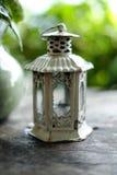 Primer, linterna rústica blanca de la vela, decoración casera Foto de archivo libre de regalías
