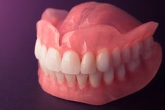 Primer lleno de las dentaduras de la dentadura Odontología ortopédica con nosotros imagen de archivo libre de regalías