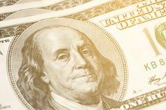 Primer macro de Benjamin Franklin y de x27; cara de s en el billete de dólar de los E.E.U.U. $100 entonado Fotos de archivo