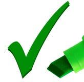 Primer macro de la pluma verde que controla OK la marca de la señal Imagen de archivo libre de regalías